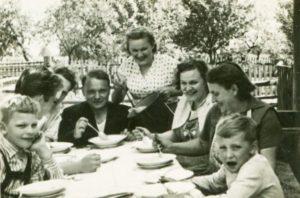 vintage-family-dinner.jpg.653x0_q80_crop-smart[1]
